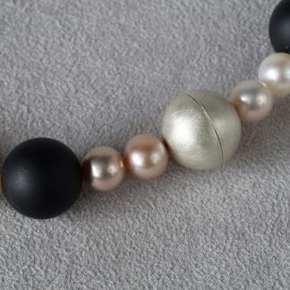 Süßwasserperlenkette mit Onyxkugeln und einem Magnetverschluss aus 925/-Silber