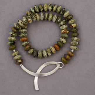 Halskette aus Rhyolithlinsen mit einem Silberelement aus 925/-Silber das als Verschluss dient