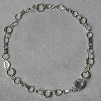 Halskette aus 925/-Silber mit verschiedenen Kettengliedern und einem Bergkristall