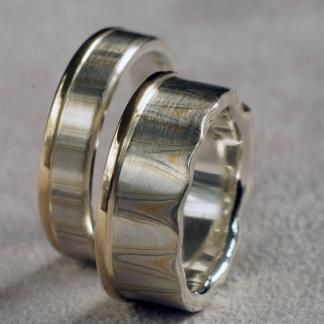 Eheringe aus 925/-Silber, 917/-Gelbgold, 500/-Palladium und recyceltem 585/-Gelbgold gearbeitet mit der Mokume-Gane-Technik