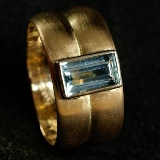 Trauringumarbeitung Fingerring aus 2 Eheringen mit einem Aquamarin aus 585/- Gelb- und Weißgold