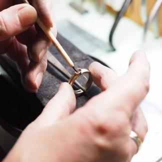 Fingerring aus geerbten Schmuckstücken wird zum Löten vorbereitet mit Fassung