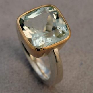 Fingerring mit einem geerbten Aquamarin auf einer geschmiedeten Ringschiene, 925/-Silber, Fassung 750/-Gold
