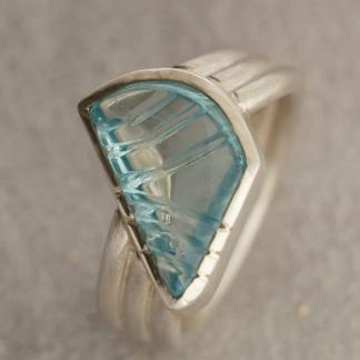 Fingerring aus 925/-Silber mit einem asymmetrischen Aquamarin in einer Zargenfassung