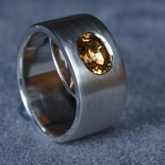 Fingerring aus 925/-Silber mit einem Zirkon in hellgelb und sichtbarer Spitze
