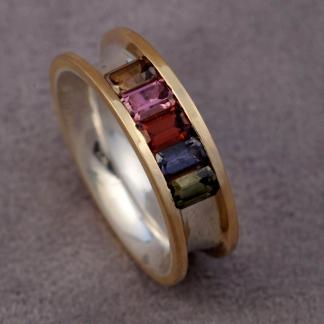Fingerring aus 925/-Silber und 750/- Gelbgold mit 5 verschieden farbigen Steinen Granat, Spinell und Turmalin