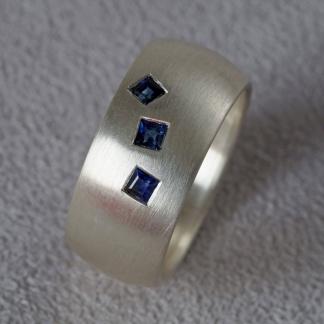 Fingerring aus 925/-Silber mit viereckigen Saphiren