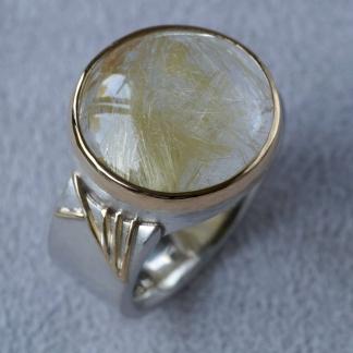 Fingerring aus 925/-Silber und 750/-Gelbgold mit einem Rutilquarz in einer Zargenfassung