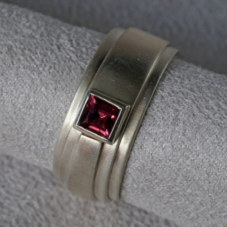 Fingerring aus 925/-Silber mit rechteckigem Granat