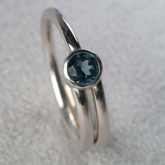 Fingerring aus 925/-Silber mit einem blauem Zirkon