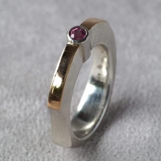Fingerring aus 925/-Silber und 750/-Gelbgold mit einem rosa Fairtrade gehandelten Turmalin
