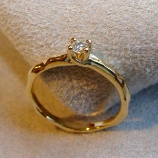 Verlobungsring mit einer unregelmäßigen Oberfläche aus 585/- Gelbgold mit einem Brillanten