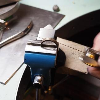 Arbeiten eines Ringes, Goldring wird aufgesägt
