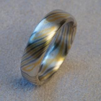 Mokume Gane Fingerring, tordiert mit Sterne innen aus 925/-Silber, 917/- Gold, 500/-Palladium