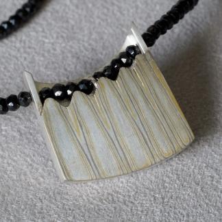 Mokume Gane Kettenanhänger aus 925/-Silber, 917/- Gold, 500/-Palladium mit Spinellkette