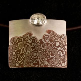 Mokume Gane Kettenanhänger mit weißen Saphir aus 925/- Silber und Kupfer
