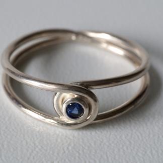 Silberner Achter-Ring, 925/- Silber und Blauer Saphir