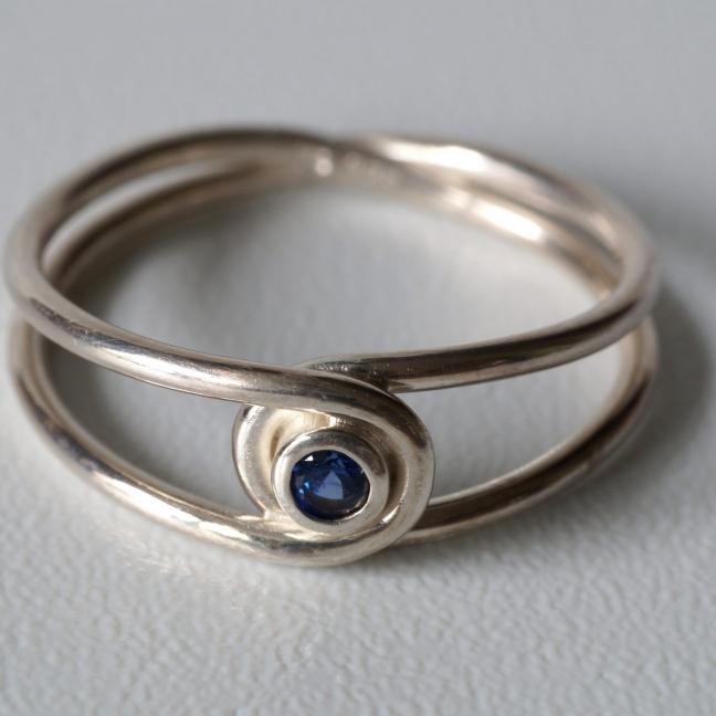 Silberner Achter-Ring mit blauen Saphir