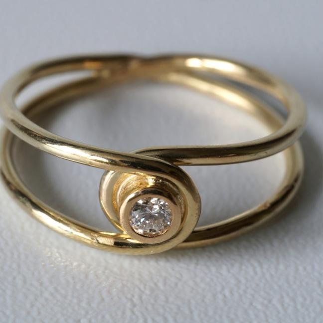 Goldener Achter-Ring mit Brillant