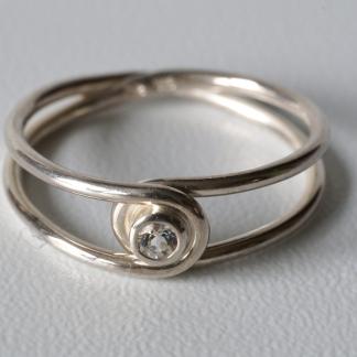Silberner Achter-Ring, 925/- Silber und weißem Saphir