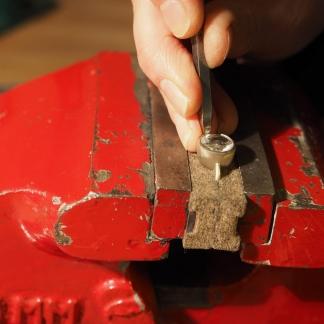 Arbeiten eines Ringes der Stein wird gefasst