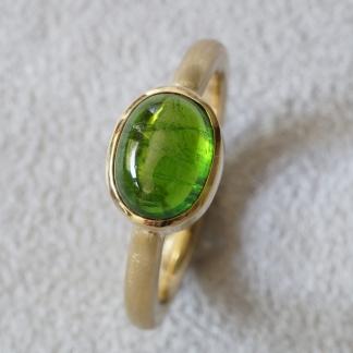 Ring 750/- Gelbgold Waschgold aus Finnland SUOMI, mattiert, Edelstein Turmalin grün  Cabochon, oval