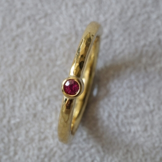 Ring 750/- Gelbgold aus Waschgold aus Finnland SUOMI, gehämmert Edelstein Rubin rot rund facettiert