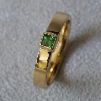 Ring 750/- Gelbgold Waschgold aus Finnland SUOMI, poliert, Edelstein Granat Tsavolitih, grün, facettiert, viereckig