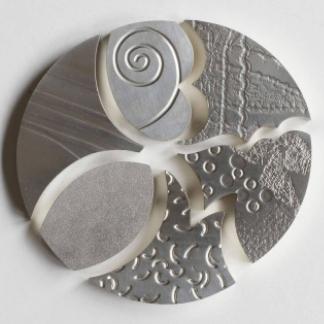 Sechs Anhänger, jeder hat eine individuelle Bedeutung, dies kommt durch die Formen und Oberflächen zum Ausdruck. Zusammen bilden sie einen Kreis, dieser steht für Unendlichkeit, Harmonie und Zusammengehörigkeit.
